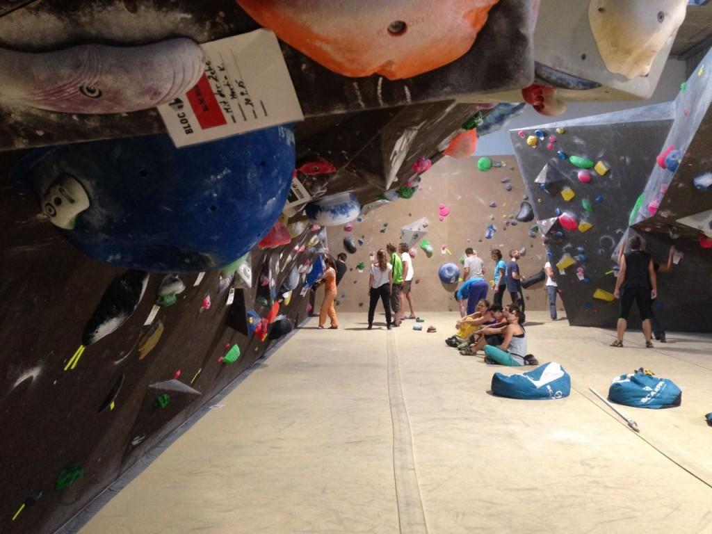 Seitenwand mit Klettergriffen in der Kletterhalle