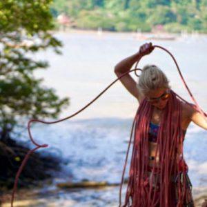Michaela schließt am Strand das Seil auf